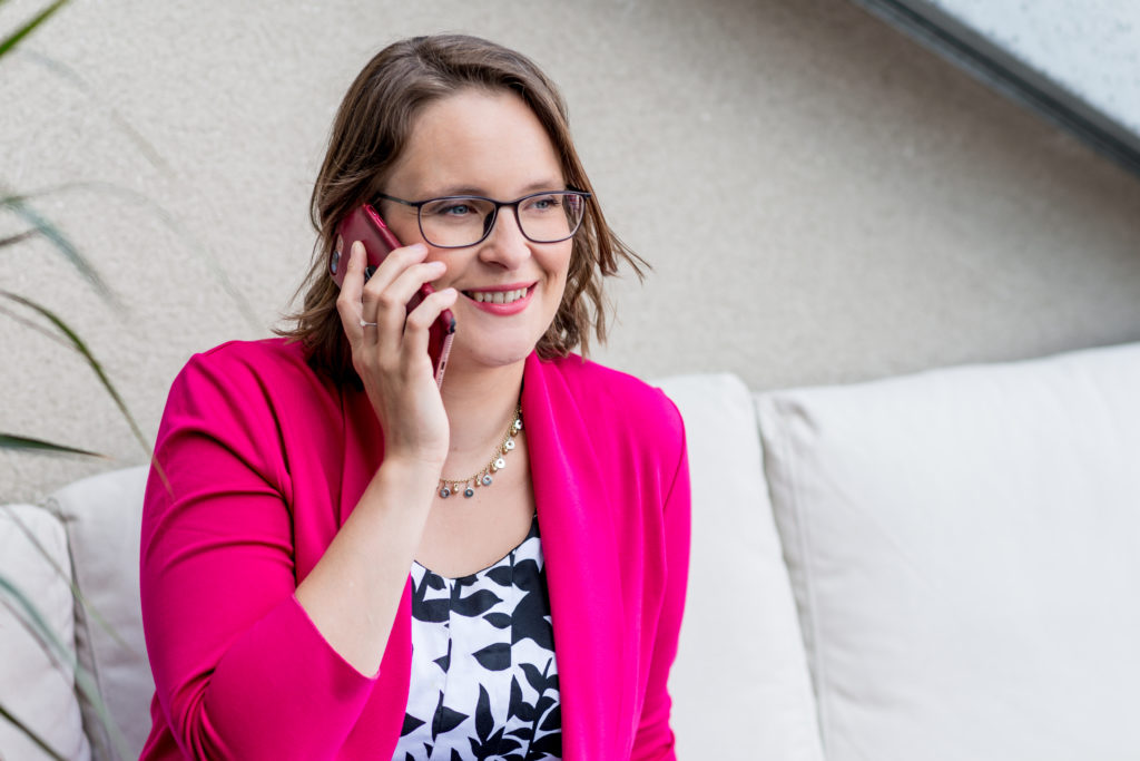 Katharina am Telefon