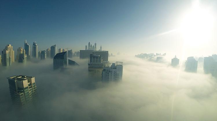 Hochhäuser im Nebel in Dubai
