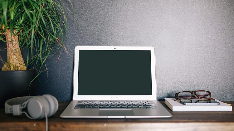 Moderner Mac auf Schreibtisch